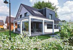 Generation 5.5 – Haus 300 - WeberHaus - http://www.hausbaudirekt.de/haus/generation-5-5-haus-300/ - Massivhaus als Einfamilienhaus Energiesparhaus Modernes Haus Stadthaus mit Satteldach