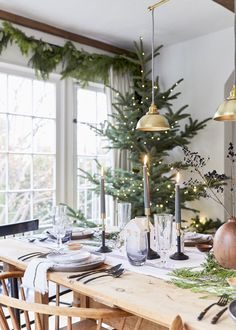 50 Beautiful Christmas Dining Room Decor Ideas Should You Apply This Winter Merry Little Christmas, Christmas Home, Christmas Garden, Christmas Decorations, Holiday Decor, Holiday Tablescape, Leather Lounge, Deco Table, Decoration Table