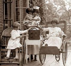 Enfermeras y niños escuchando la radio en el hospital (1924)