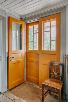 1800-talsgård till salu House Paint Exterior, Exterior Doors, Interior And Exterior, Interior Design, Porches, Yellow Interior, Swedish House, Scandinavian Furniture, Cabin Homes