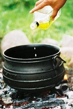 POTJIEKOS : All you need to know about Cast Iron Potjies - Preparing, cleaning, Do's and Don't's and Recipes! Dutch Oven Cooking, Dutch Oven Recipes, Cast Iron Cooking, Cast Iron Pot, It Cast, Dutch Ovens, South African Dishes, South African Recipes, Braai Recipes