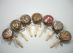 Brigadeiro lollipop: another super idea for parties! : ᐅ A thousand tips from mom . Oreo Pops, Party Treats, Party Snacks, Wedding Sweets, Cookie Pops, Chocolate Bouquet, Candy Bouquet, Dessert Buffet, Bake Sale