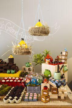 """Oi, meninas! Tudo bem? No post de hoje vamos dividir com vocês uma festa com o tema """"Angry Birds"""" que ficou super charmosa! Quem mandou as fotos foi a Julia Janequine, design e fotógrafa, que já fez várias fotos..."""