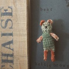Squiffy knitty bear brooch #hettiebrown