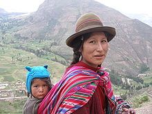 Mulher peruana e seu filho de ascendência indígena
