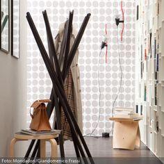 """Kleiderständer im Tipi-Look: Die Garderobe """"Sciangai"""" von Zanotta ist ein optisches Highlight in jedem Flur."""