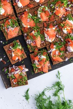Kaupallinen yhteistyö: Jozo Perinteisen saaristolaisleivän haastaja on nopeasti tehtävä Peltisaaristolaisleipä, joka kohotetaan leivinjauheella. Leipä syntyy käden käänteessä ja nautitaan graavilohen, mädin, punasipulin ja piparjuuri-ranskankerman kanssa. Tuoretta saaristolaisleipää tekee usein mieli, mutta harvoin aika riittää sen... Yams, Creative Food, Bruschetta, Deli, Vegetable Pizza, Food And Drink, Snacks, Cooking, Ethnic Recipes