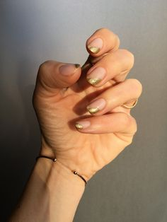 This delicate and modern version on the classic French manicure is all you need to make your nails sparkle. #beauty #belleza #beautyblog #blogdebelleza #nails #uñas #nailart #nailartideas #ideasuñas #goldnails #manicurasdoradas #goldsidetipnails #goldfrenchmanicure #manicurafrancesadorada #essieinsidescoop