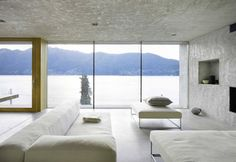 Ancora uno sguardo alla sala, con vetrata scorrevole sul lago e le colline. Dall'abitazione si possono prendere moltissimi sentieri escursionistici per la valle