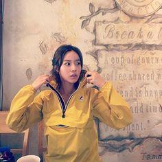 Rain coat Fashion Men - Rain coat For Women Hoods - Yellow Rain coat - Nylons, Raincoat Outfit, Yellow Raincoat, Rain Jacket Women, Raincoats For Women, Rain Wear, Windbreaker, Actresses, Mens Fashion