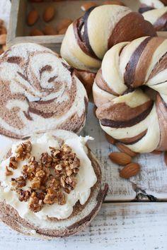 Almond milk cocoa bagels カットしてもマーブル模様がくっきり!おすすめはクリームチーズとアーモンドプラリネのフィリングです。