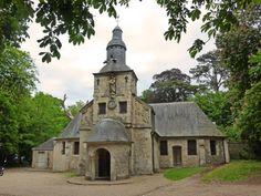 Chapelle Notre Dame de Grâce à Honfleur Cette chapelle primitive fut fondée avant l'an 1023 par Richard II Duc de Normandie, pour accomplir un voeu fait au cours d'une tempête où il avait failli périr. est tapissée de peintures et de maquettes de navires offertes en ex-voto par les marins.