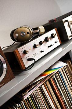 #Vintage #muziekapparaten uit de jaren 60 en 70 Hoewel het eigenlijk geen meubels zijn, zijn #muziekspelers wel een belangrijk onderdeel van je interieur. Zeker sinds de #jaren '60 en '70. Toen bestonden er complete kasten voor #platenspelers en waren #cassettedesks en #speakers minimaal zo groot als een verhuisdoos.
