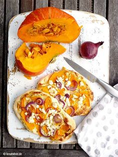 Kürbis-Rezept: Hokkaido-Feta-Fladen With this pumpkin recipe, you have a quick alternative to home-made pizza. A delicious flatbread is served here with pumpkin and feta cheese. Pumpkin Recipes, Fall Recipes, Dinner Recipes, Flat Cakes, Vegetarian Recipes, Cooking Recipes, Pizza Recipes, Pita, Love Food