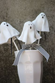 Ghost-Oreo-Pops. Ghoulicious!