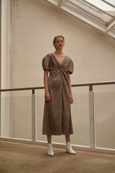 Sid Neigum Resort 2019 Fashion Show Collection: See the complete Sid Neigum Resort 2019 collection. Look 6 Casual Party Dresses, Simple Dresses, Fashion 2020, Luxury Fashion, Minimal Wedding Dress, Fashion Show Collection, Korean Outfits, Couture, Fashion Outfits