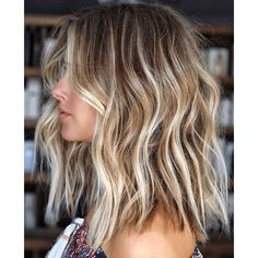 Hot Balayage Beach Waves Hair Looks for Ladies in 2019 Browsing for latest hair color shades to try in these days? We have prepared here a list of best balayage hair colored beach hairstyles for more sexy and hot look in Must try this sensational hai Balayage Hair Blonde Medium, Brown Blonde Hair, Hair Color Balayage, Short Brown Hair With Blonde Highlights, Black Hair, Brunette Blonde Highlights, Beachy Blonde Hair, Medium Blond Hair, Highlighted Blonde Hair