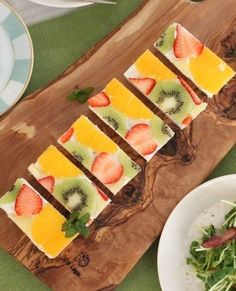 【フルーツサンドのレシピ】 パンにギリシャヨーグルトを塗り、その上にフルーツを敷き詰めてカット。なんて美しいんでしょう♪パーティの前菜やフィンガーフードとしてぴったりですね。