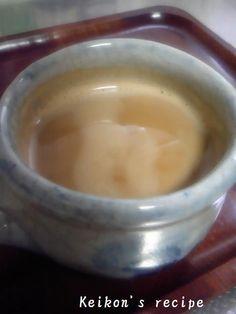 インスタントでおいしいカフェオレ黄金比率 インスタントコーヒーで、スタバに負けないカフェオレに! いつのまにか電動石、、じゃなく殿堂入りしてる! 材料 (1人分) 牛乳(濃い牛乳) 150cc 水 50cc インスタントコーヒー ティースプーン3杯 砂糖 ティースプーン2杯 作り方 1 牛乳と水をカップに入れる。 2 インスタントコーヒーを浮かせる。 砂糖も入れる。 ※絶対混ぜないこと。 3 電子レンジ600wで2分。表面のコーヒーが焦げたかな・・・?というくらいの香ばしい香りがしてきたらOK!! 4 もう少しチンした方がいいかな~という写真。 5 最後に、激しくかき混ぜたら、美味しいカフェオレの出来上がり♪ Smoothie Drinks, Fondue, Tea Time, Pudding, Sweets, Cheese, Ethnic Recipes, Desserts, Cookpad Recipe