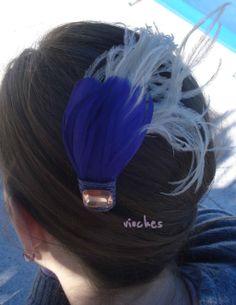 Este tocado fue para un vestido azul marino con pequeñas florecitas moradas estampadas. El detalle lo proporcionaban las plumas beiges, que daban mucha movilidad al tocado.  Puedes leer el post completo en: http://www.vioches.com/1/post/2013/12/mis-primeros-tocados-con-plumas.html