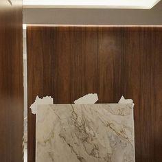 O desenho minimalista valoriza os materiais aplicados, sem detalhes desnecessários. Nesse projeto para consultórios médicos,  o mármore chegou hoje e ornou muito com os painéis de madeira. 😊😊😊 #arquitetura #architecture #design #decoração #madeira #interiordesign #interiores #instadecor #projeto #decor #arquitectura #archilovers #detalhes #instahome #instadesign #decoracao #homedecor #home #marble