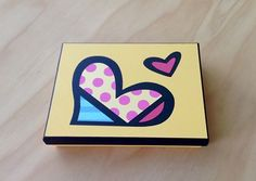 Caja Britto Corazón por Angélica Tamayo Arte Country, Decoupage, Vip, Hearts, Crates, Wooden Crafts, Picture On Wood, Custom Boxes, Painted Boxes