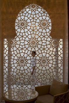 Klenutý oblouk v islámském designu - maurská a arabská architektura dodala geometrickému designu nový rozměr.
