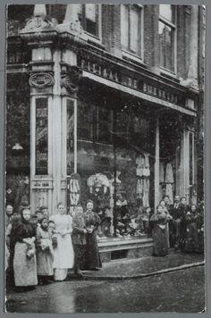 Overzichtsfoto van het eerste filiaal van de Bijenkorf aan de Nieuwendijk, ca. 1900 | architectuur reclame 1930 amsterdam - Google zoeken