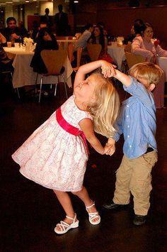 Yo bailo con mis hermannos en mi casa.