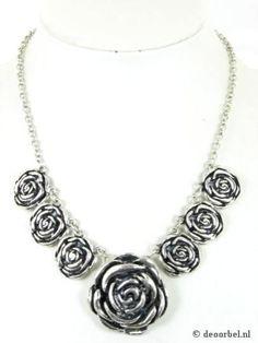 Zilverkleurige halsketting met roosjes hangers