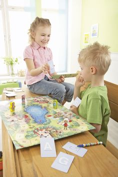 Das große Abc-Spiel - Großes Durcheinander im Buchstabenpark! Das Abc ist kreuz und quer im Park verstreut. Alle Kinder helfen wieder Ordnung in das Chaos zu bringen. Dazu müssen sie z.B. am Ententeich mit gutem Gedächtnis den richtigen Vokal finden, mit dem Schreibpapagei Buchstaben nachzeichnen, bei der Rätselkiste die Lücke im Alphabet füllen oder auf der Buchstabenbaustelle erste Wörter legen. Wer meistert die Aufgaben am besten und gewinnt den spannenden Buchstabenwettlauf? (ArtNr…