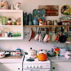 Sånn får det gjerne se ut på vårt kjøkken, bruksgjenstandene lett tilgjengelig og som en del av interiøret.