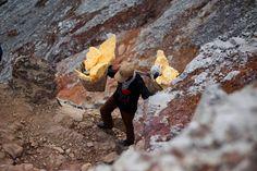 Mineiros trabalham em vulcões ativos na Indonésia