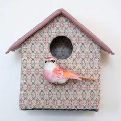 Cabane oiseau réalisé en tissus (3 tissus différents) et carton recyclé, à accrocher dans une chambre d'enfant/bébé. De couleur vieux rose et beige reflets dorés. Crochet - 2189717