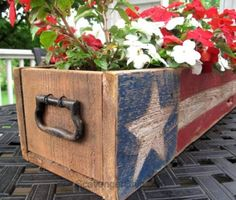 Patriotic Pallet Wood Centerpiece - Scavenger Chic Pallet Wood of July, Memorial Day Patriotic Crafts, July Crafts, Summer Crafts, Holiday Crafts, Diy And Crafts, Americana Crafts, Patriotic Party, Patriotic Wreath, Fourth Of July Decor