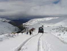 Yea it snows in Africa - Sani Pass Most Beautiful Beaches, Beautiful Places, Kwazulu Natal, Beaches In The World, Continents, Touring, South Africa, Scenery, Road Trip