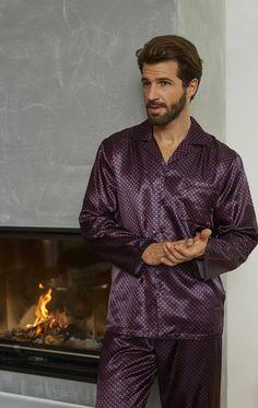 Ringella Men Pyjama 7541243 Ganz im Glanz erstrahlt dieser Pyjama. Das modische Dessin macht den Pyjama zu einem regelrechten Hingucker. Er ist klassisch mit durchgehender Knopfleiste und Reverskragen gearbeitet. Eine Brusttasche ist ein weiteres Detail.