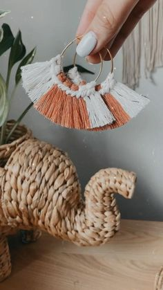 Diy Earrings Easy, Diy Macrame Earrings, Macrame Jewelry, Crochet Earrings, Diy Jewelry Unique, Handmade Wire Jewelry, Earring Crafts, Diy Crafts Jewelry, Macrame Design