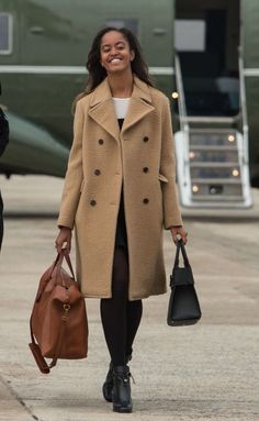 Malia Obama is taking style tips from mom Michelle Obama. As in: an elegant camel coat. Barack Obama Family, Malia Obama, Obamas Family, Obama Daughter, First Daughter, Daughter Birthday, Durham, Joe Biden, Malia And Sasha