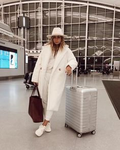 Check out my top 7 trendiest coats to wear this fall Outfits Otoño, Winter Outfits, Casual Outfits, Winter Fashion Outfits, Autumn Winter Fashion, White Coat Outfit, Fashion Models, Coats For Women, Clothes For Women