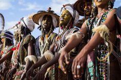Западная Африка. Республика Нигер. На бледно-голубом небе чуть брезжит рассвет. Огромное желтое светило, расправляя после ночного сна свои блестящие лучи, медленно выкатывается из-за линии горизонт…