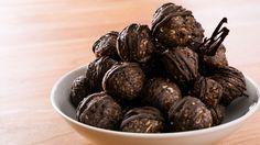 Faites le plein d'énergie et de protéines avec ces boules choco-amandes. Cette recette, présentée dans l'émission Vézina, chef responsable, donne 60 boules et se congèle à merveille!