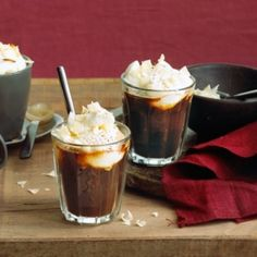 Feestkoffie met likeur. Klop de slagroom lobbig (niet helemaal stijf). Doe de likeur met de basterdsuiker in de hittebestendige glazen. Schenk er de hete koff..