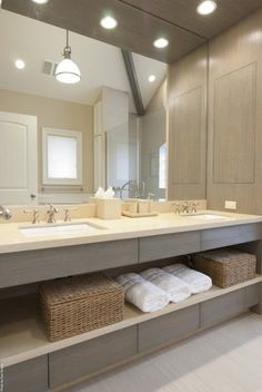 Muebles flotantes que dan más sensación de espacio y gracias a las gavetas son geniales para mantener el orden.