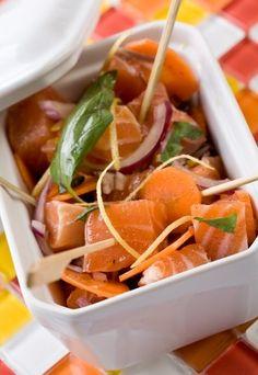 Repas de Noel: recette repas Noel, menu noel à l'avance - Rien de tel que des bouchées de saumon moelleuses et délicatement marinées pour vous mettre en appétit. Un amuse-bouche parfait pour accompagner le champagne. Choisissez du saumon de belle qualité et ultra frais...
