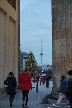 Hier schaut man direkt durch das Brandenburger Tor auf den Fernsehturm!