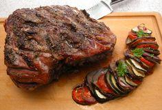 Provence lammekølle 1 lammekølle (2,4 kg. uden skank og nøgleben) 10 fed hvidløg 2 spsk. oliven olie 2 spsk. Herbes de Provence krydderi salt og peber 1 citron 1 aubergine 1 squash 2 rødløg 2 store…
