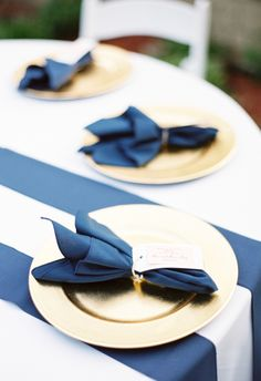 Gold plates, navy blue napkins and table runner, preppy setting // JoPhoto