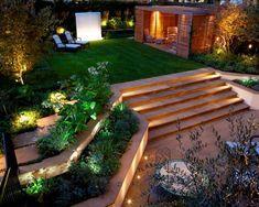 jardines modernos, grande patio con muchas lámparas empotradas, suelo nivelado y escaleras, pérgola de madera de estilo