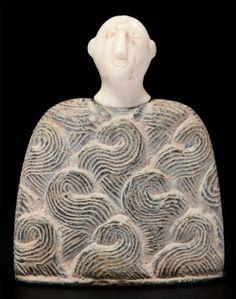 """IDOLE DE BACTRIANE. Elle est formée d'un corps trapézoïdal orné d'un décor répété dit """"en boucle"""", surmonté d'une tête stylisée au nez long et triangulaire, les yeux et la bouche gravés. Chlorite et calcite… - Pierre Bergé & associés - 17/06/2010"""